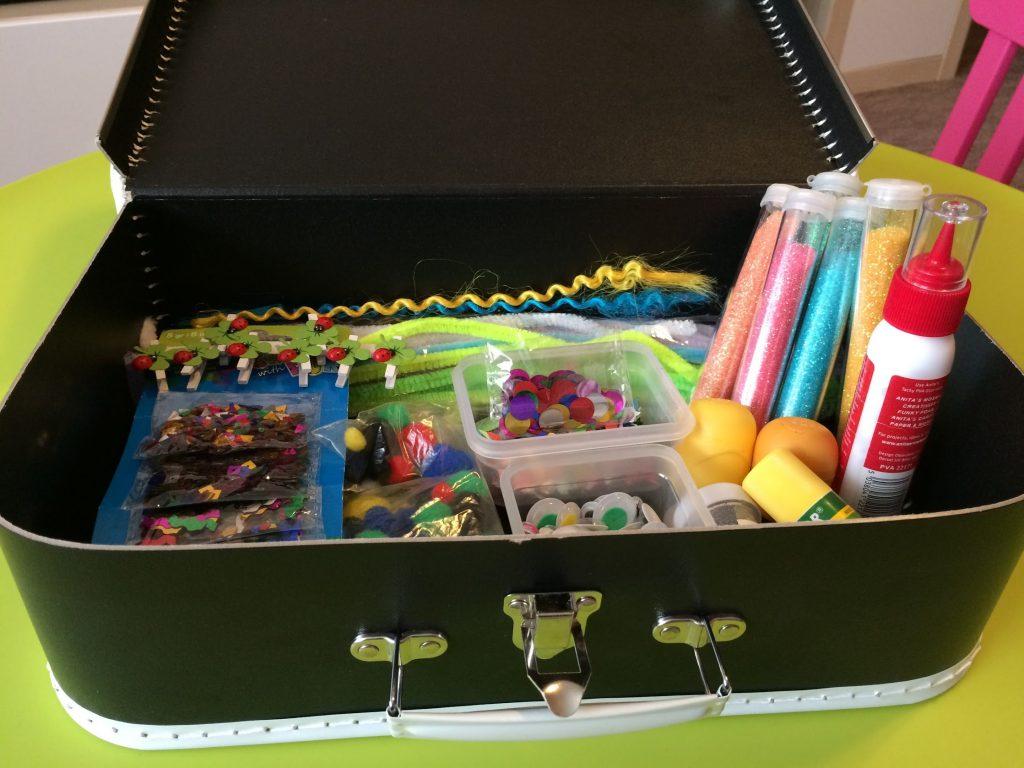 Kufrík s umeleckými predmetmi