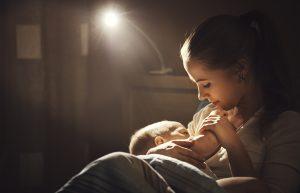 uspávanie bábätka na prsníku