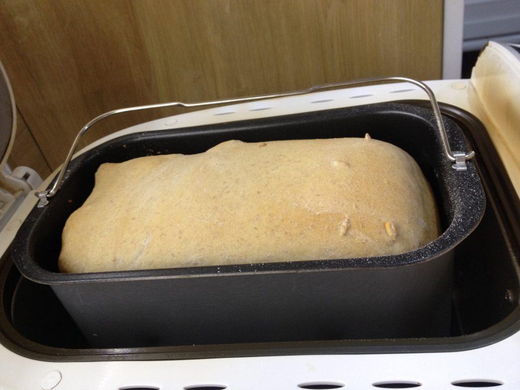 Upečený kváskový chlebík v pekárničke